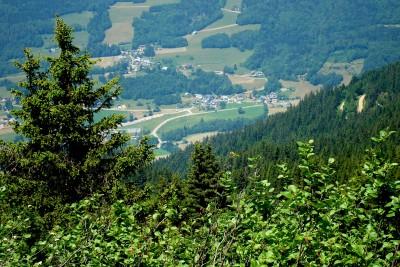 Les hameaux du Bourget en Huile vus des crêtes entre les arbres