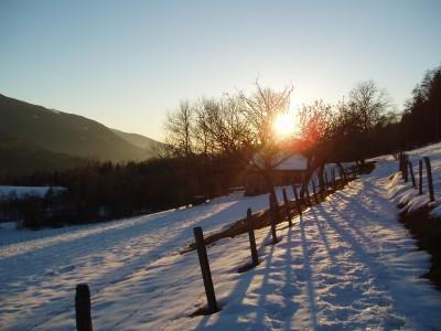Sentier enneigé au-dessus du Bourget en Huile au coucher du soleil