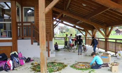 Enfants sous le préeau pendant les TAP du Bourget en Huile